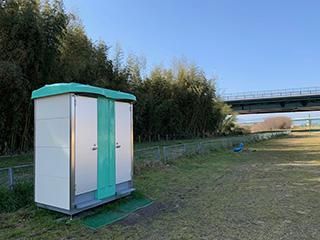 木津川河川敷運動広場ムーブレットツイン簡易水洗式移動トイレ